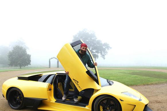 फिल्म यमला पगला दीवाना में स्पोर्ट्स कार पर फिल्माया गया एक दृश्य।