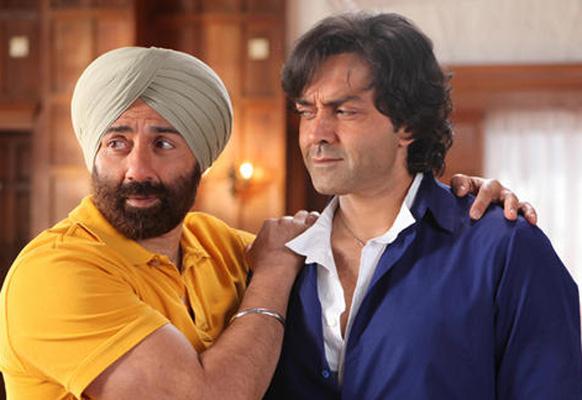 फिल्म यमला पगला दीवाना 2 के एक दृश्य में बॉबी के साथ सनी देयोल।