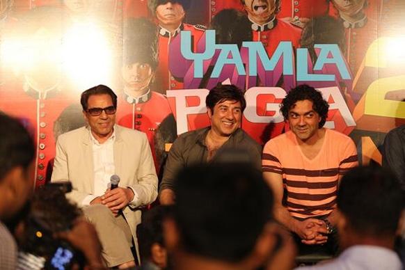 फिल्म यमला पगला दीवाना 2 के ट्रेलर लांच के दौरान किसी बात पर मुस्कुराते हुए अभिनेता सनी व बॉबी देयोल। साथ हैं धर्मेंद्र।