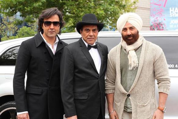 फिल्म के एक दृश्य में धर्मेंद्र और उनके बेटे सनी व बॉबी।