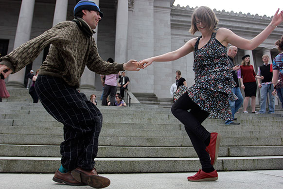 ओलंपिया में मेलिसा पीटरसन और केविन बुस्टर डांस करते हुए।