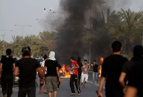 बहरीन में सरकार के खिलाफ प्रदर्शन करते लोग।