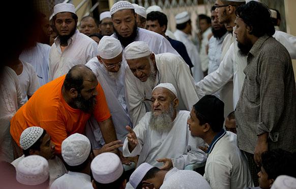 म्यांमार के यंगून में एक मस्जिद में आग लगने से 13 बच्चों की मौत हो गई थी, उसके बाद मुस्लिम नेता मजिस्द पहुंचे।