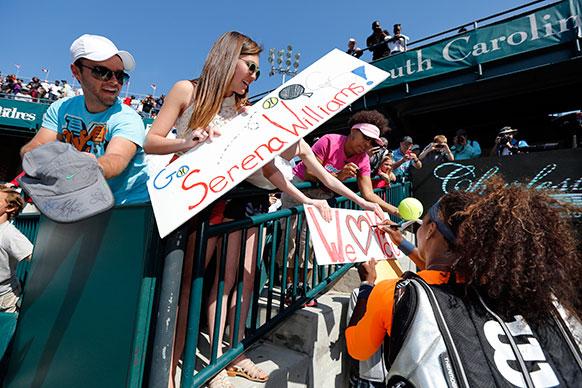 चार्ल्सटन में एक टूर्नामेंट के दौरान ऑटोग्राफ देती सेरेना विलियम्स।