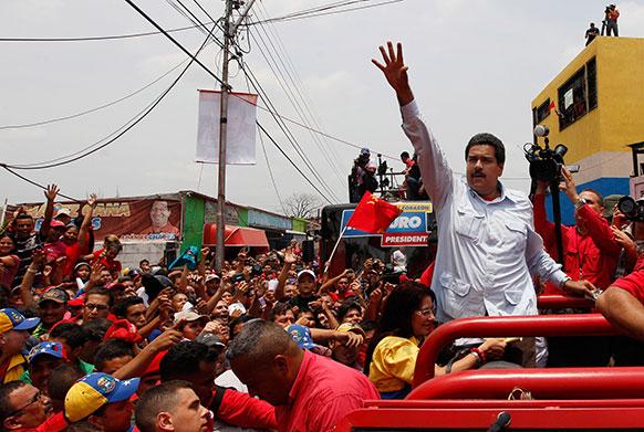 वेनेजुएला के अंतरिम प्रधानमंत्री निकोलस मादुरो अपने समर्थकों के साथ।