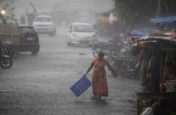 हैदराबाद में तेज हवाओं के साथ अचानक बारिश होने लगी।