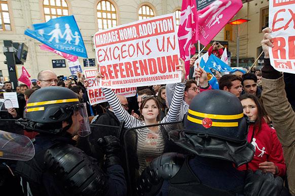 फ्रांस में प्रदर्शनकारियों को रोकती पुलिस।