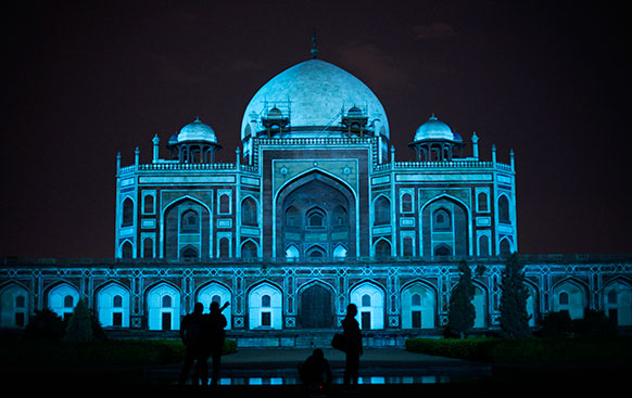 वर्ल्ड ऑटिज्म डे पर दिल्ली का हुमायूं मकबरा रात में कुछ यूं दिखा।
