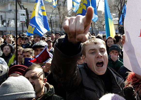 यूक्रेन में सरकार के खिलाफ प्रदर्शन करते प्रदर्शनकारी।