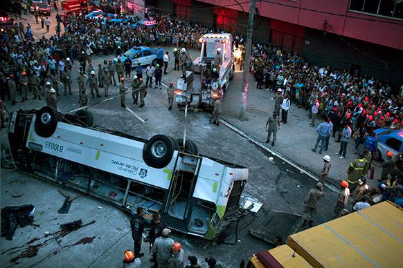 ब्राजील के रियो डे जेनेरियो में एक बस दुर्घटनाग्रस्त हो गई ।