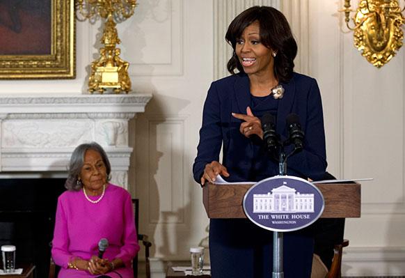 प्रथम अमेरिकी महिला मिशेल ओबामा एक समारोह को संबोधित करती हुई।