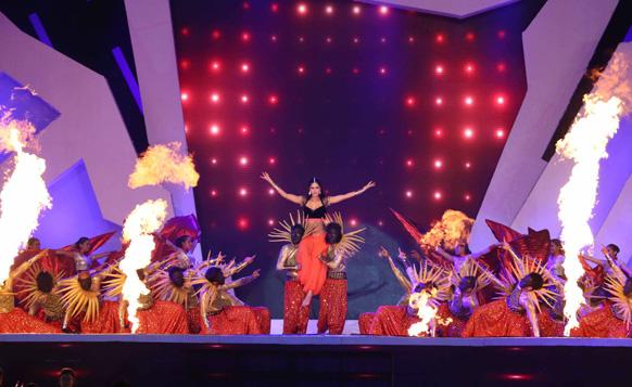 ओपनिंग सेरेमनी के दौरान अभिनेत्री कैटरीना कैफ अपना कार्यक्रम प्रस्तुकर करती हुईं। फोटो सौजन्य: रवि शंकर तुलसान/रेड चिलीज एंटरटेनमेंट।