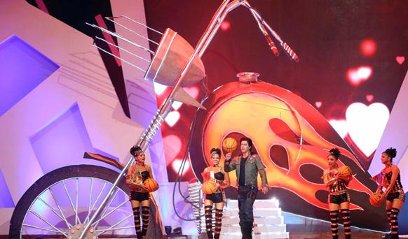 आईपीएल 6 के ओपनिंग सेरेमनी के दौरान कलाकार अपनी प्रस्तुति देते हुए। फोटो सौजन्य: रवि शंकर तुलसान/रेड चिलीज एंटरटेनमेंट।
