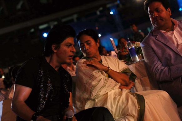 पश्चिम बंगाल की मुख्यमंत्री ममता बनर्जी के साथ बात करते हुए अभिनेता शाहरूख खान। फोटो सौजन्य: रवि शंकर तुलसान/रेड चिलीज एंटरटेनमेंट।