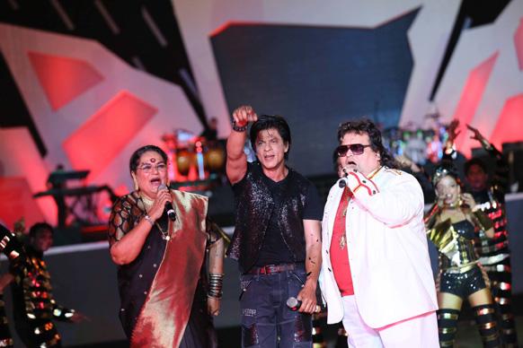 आईपीएल 6 के ओपनिंग सेरेमनी के दौरान प्रसिद्ध गायिका उषा उथ्थप, बप्पी लाहिरी अभिनेता शाहरूख खान ने अपने परफॉरमेंस से दर्शकों को रोमांचित कर दिया। फोटो सौजन्य: रवि शंकर तुलसान/रेड चिलीज एंटरटेनमेंट।