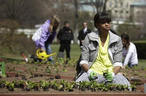 व्हाइट हाउस गार्डन में गार्डन सहकर्मियों के साथ अमेरिकी की पहली महिला नागरिक मिशेल ओबामा।
