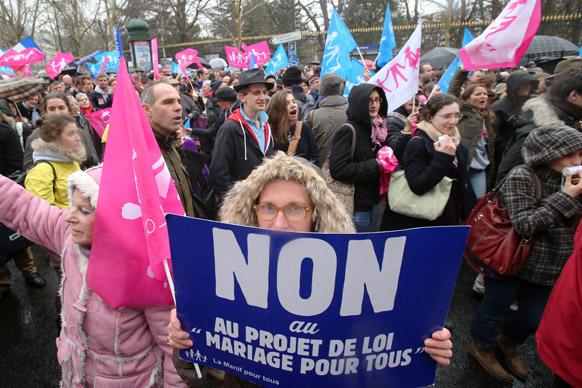 पेरिस में सीनेट के नजदीक प्रदर्शन करते एंटी गे मैरिज के कार्यकर्ता।