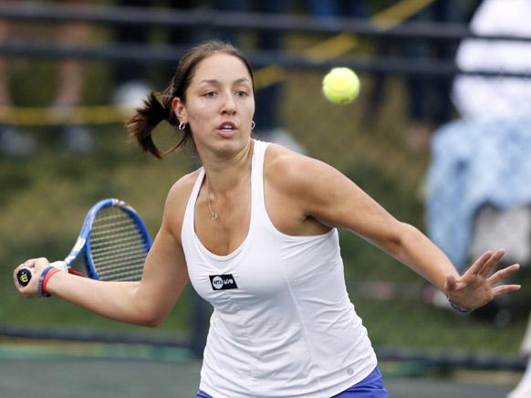 फेमिली सर्किल कप टेनिस टूर्नामेंट के दौरान सर्बिया की जेलीना जेंकोविक के एक शॉट को रिटर्न करती जेसिका पेगुला।
