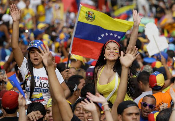 वेनेजुएला में विपक्ष की ओर से राष्ट्रपति पद के उम्मीदवार हेनरिक कैपरिल्स के प्रचार अभियान के दौरान हजारों समर्थकों ने एक रैली में हिस्सा लिया।वेनेजुएला में आम चुनाव 14 अप्रैल को होने हैं। देश में आम चुनाव राष्ट्रपति ह्यूगो शावेज के निधन के बाद हो रहे हैं।