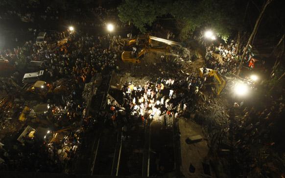 मुंबई के ठाणे में बहुमंजिली इमारत के गिरने के बाद घटनास्थल पर जुटी भारी भीड़। इस हादसे में अब तक 72 लोगों की जानें जा चुकी हैं।