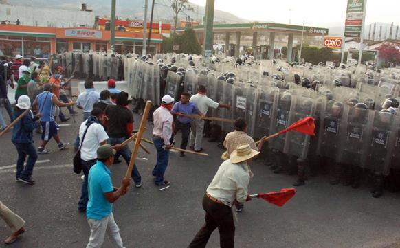 मेक्सिको में राजमार्ग की नाकेबंदी के बाद मेक्सिकों की फेडरल पुलिस और पब्लिक स्कूल के शिक्षकों के बीच हुई तीखी नोकझोंक।