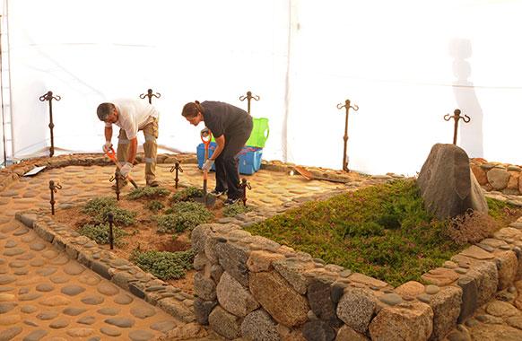 चिली में साहित्यकार पाब्लो नेरूदा की कब्र के पास से नमूने लेते फोरेंसिक विशेषज्ञ।