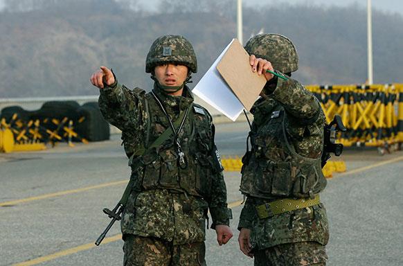 सिओय के उत्तरी इलाके में आपस में बात करते दक्षिण कोरियाई सैनिक।