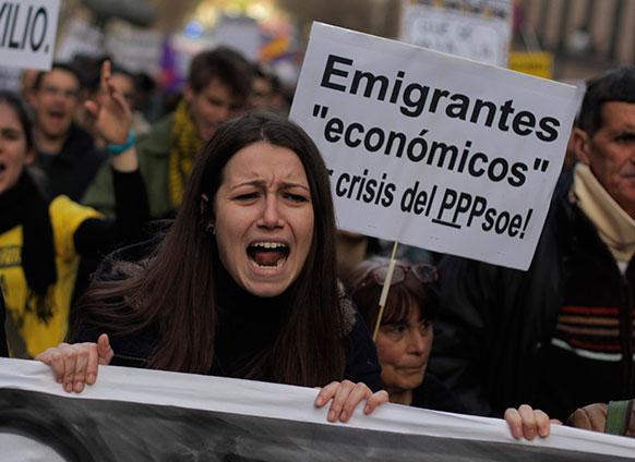 मेड्रिड में बेरोजगारी के खिलाफ प्रदर्शन करते लोग।