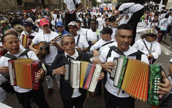 कोलंबिया के बोगोटा में शांति मार्च के दौरान संगीत वादन करते संगीतज्ञ।