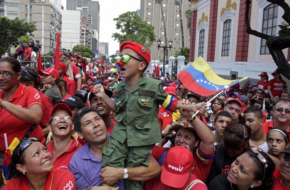 कराकस में बेनेजुएला के राष्ट्रपति उम्मीदवार निकोलस मादुरो की रैली में शिरकत करते समर्थक।