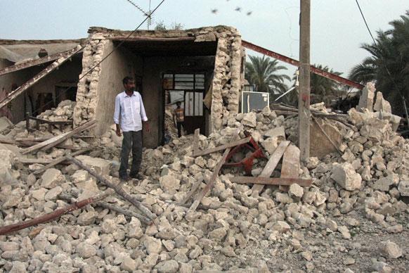 दक्षिण ईरान में भूकंप से ध्वस्त मकान।