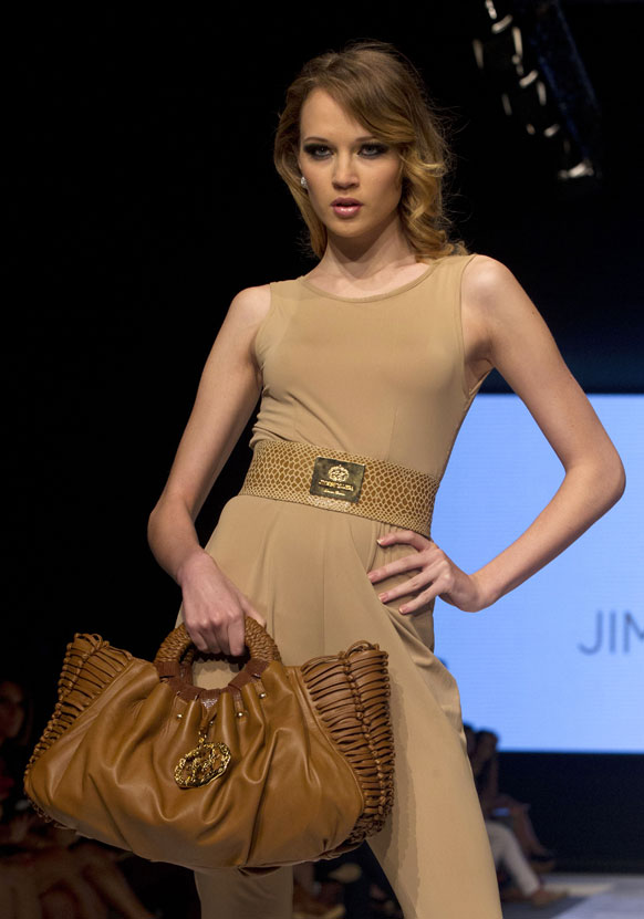 पेरू में लीमा फैशन वीक के दौरान बैग पेश करती हुईं मॉ़डल।