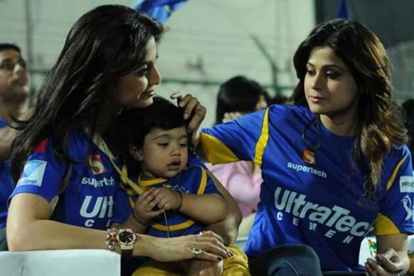 आईपीएल मैच के दौरान शिल्पा शेट्टी अपने बेटे विवान और अपनी बहन शमिता के साथ। (तस्वीर साभार-Pinkvilla)