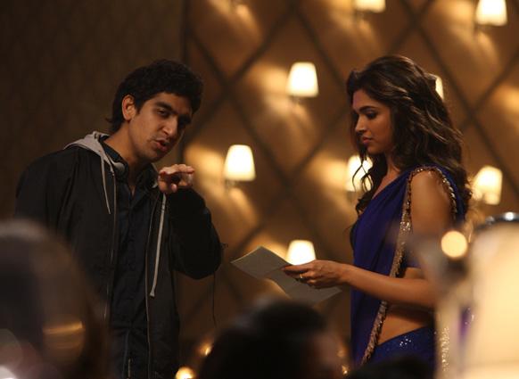 ये जवानी है दीवानी फिल्म के दौरान निर्देशक अयान मुखर्जी से बातचीत करते दीपिका पादुकोण।