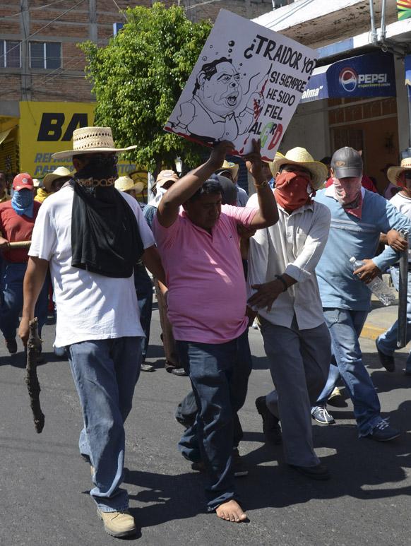 मैक्सिको में विरोध-प्रदर्शन करते प्रदर्शनकारी।