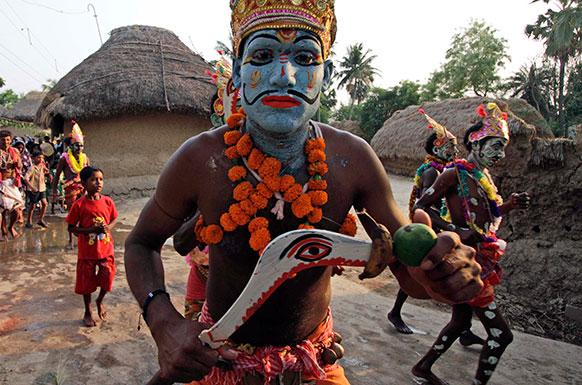 कोलकाता से 120 किलोमीटर दूर कुर्मुन में शिव गजन हिंदू त्योहार मनाते श्रद्धालु।