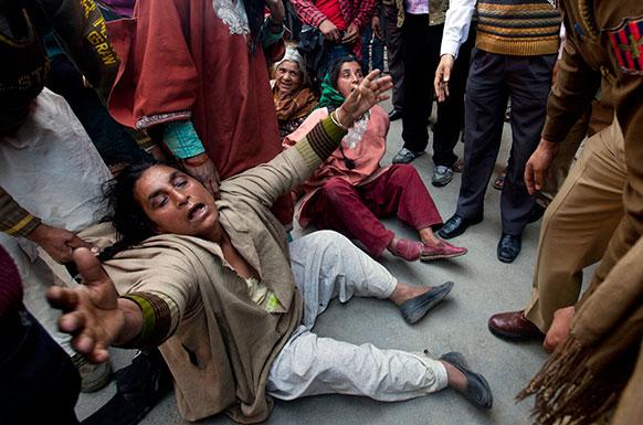 श्रीनगर में कश्मीरी मुस्लिम महिला पुलिस के खिलाफ प्रदर्शन करती हुईं।