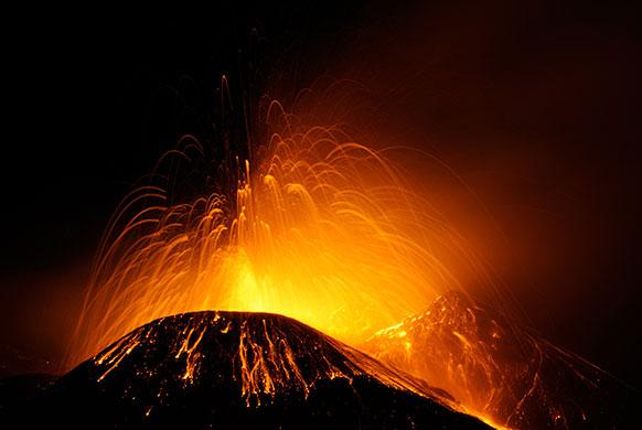 इटली के सिसिली में जाग्रत एटना ज्वालामुखी।