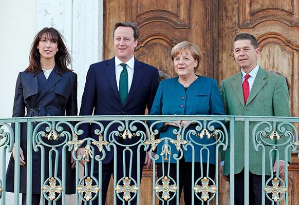 बर्लिन में जर्मनी की चांसलर अंजेला मार्केल और उसके पति जॉचिम सॉअर को स्वागत करते हुए ब्रिटेन के प्रधानमंत्री डेविड केमरन और उसकी पत्नी समन्था।