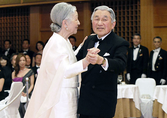 टोक्यो में जापान के सम्राट और महारानी एक डिनर पार्टी में डांस करते हुए।