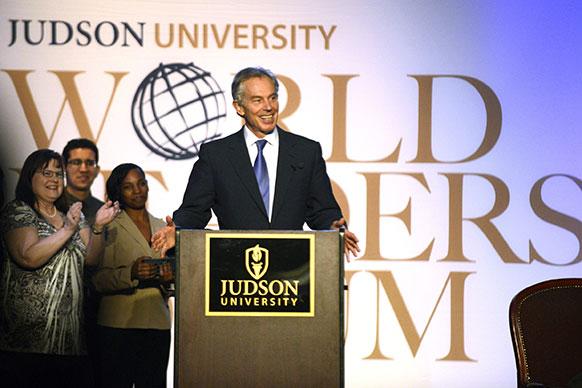 एल्गिन में जुडसन यूनिवर्सिटी तीसरा वार्षिक वर्ल्ड लीडर फोरम के दौरान बोलते हुए टॉनी ब्लेयर।