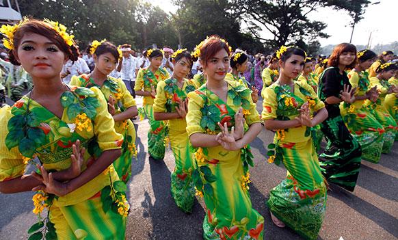 म्यांमार के यंगून में पारंपरिक डांस में भाग लेतीं युवतियां।