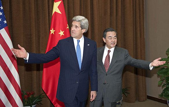 बीजिंग में अमेरिका के विदेश मंत्री जॉन केरी और चीन के विदेश मंत्री वांग यी।