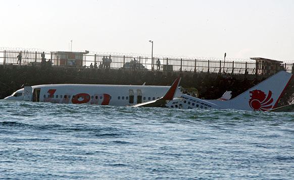 इंडोनेशिया के बाली में रनवे से फिसलकर लायन एयर जेट पास के समुद्र जा गिरा।