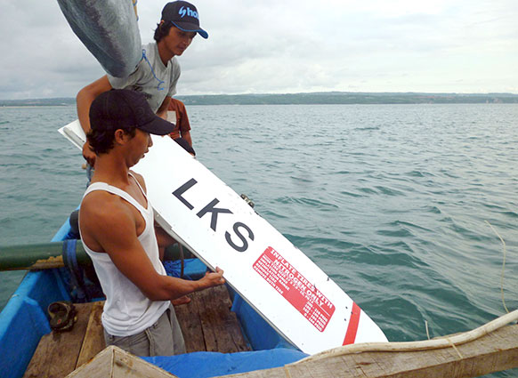 इंडोनेशिया के बाली में एयरपोर्ट के पास दुर्घटनाग्रस्त लायन एयर विमान का एक टुकड़ा मछुआरे को मिला।