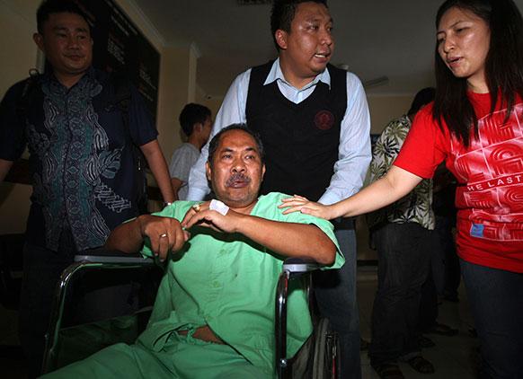 इंडोनेशिया के बाली में एयरपोर्ट के पास दुर्घटनाग्रस्त लायन एयर विमान के घायल यात्री।