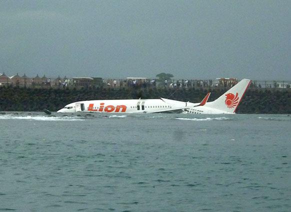 इंडोनेशिया के बाली में एयरपोर्ट के पास दुर्घटनाग्रस्त लायन एयर विमान।