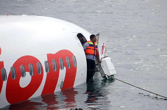इंडोनेशिया के बाली में दुर्घटनाग्रस्त लायन एयर प्लेन में रेस्क्यू टीम।