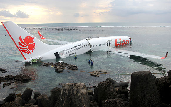 इंडोनेशिया के बाली में एयरपोर्ट के पास लायन एयर प्लेन दुर्घटनाग्रस्त हो गया।