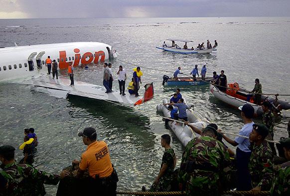 इंडोनेशिया के बाली में लायन एयर प्लेन के दुर्घटनाग्रस्त स्थल पर राहत और बचाव कार्य करते हुए इंडोनेशियन नेशनल बचाव दल।